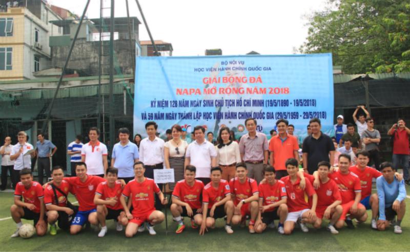 Đội bóng của Đại học Nội vụ chụp ảnh lưu niệm cùng các đại biểu