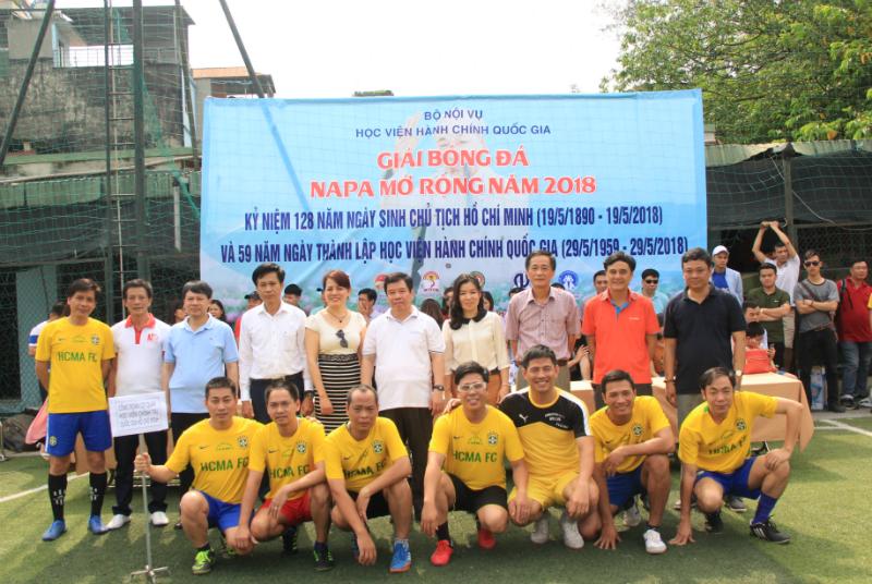 Đội bóng của Học viện Chính trị Quốc gia chụp ảnh lưu niệm cùng các đại biểu