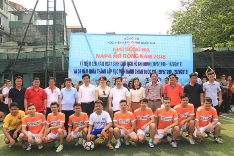 Đội bóng của Khoa Quản lý nhà nước về an ninh quốc gia, Học viện An ninh nhân dân chụp ảnh lưu niệm cùng các đại biểu