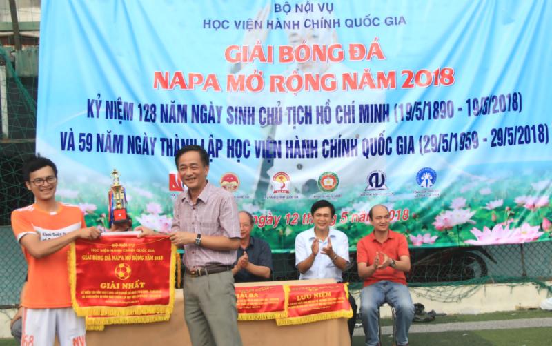 Ban tổ chức trao cờ lưu niệm và cúp cho các đội