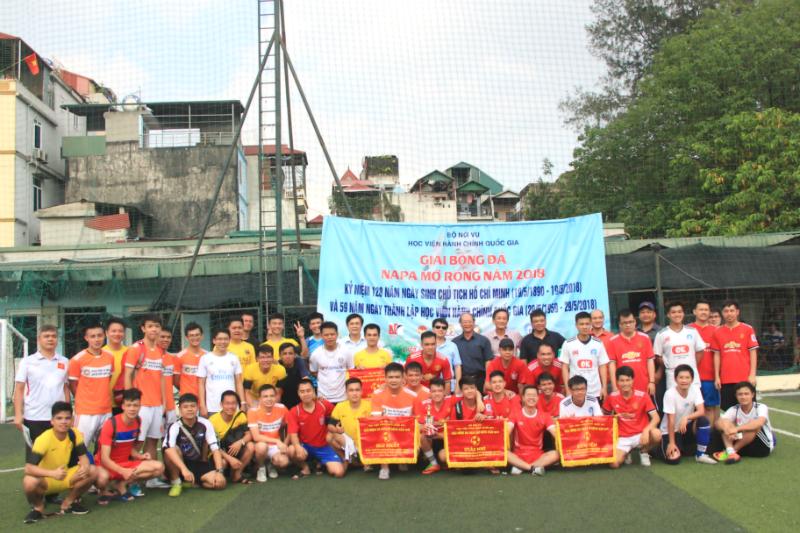 Các đội bóng chụp hình lưu niệm với Ban tổ chức
