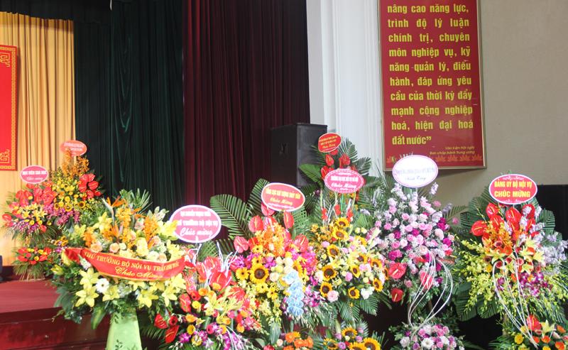Các lẵng hoa tươi thắm chúc mừng Học viện