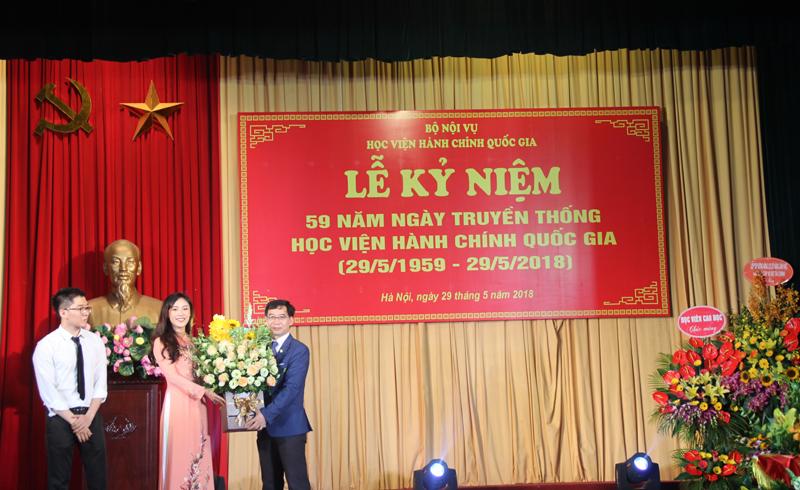 Đại diện các lớp sinh viên tặng hoa chúc mừng ngày truyền thống của Học viện