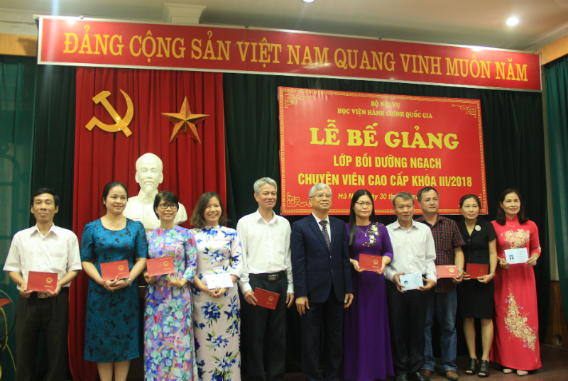 NGƯT.TS. Vũ Thanh Xuân - Phó Giám đốc Học viện trao Chứng chỉ hoàn thành khóa học cho các học viên