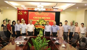 PGS.TS. Triệu Văn Cường – Thứ trưởng Bộ Nội vụ tặng hoa chúc mừng Tạp chí QLNN