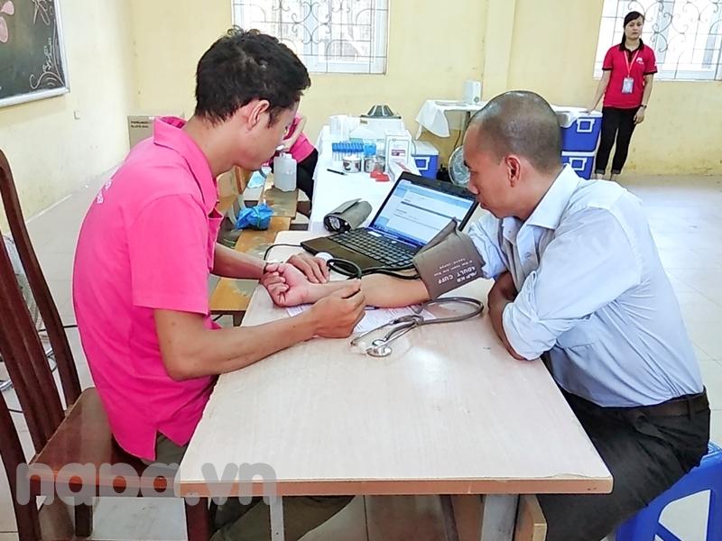 Các tình nguyện viên tham gia hiến máu được các bác sĩ chăm sóc, kiểm tra sức khỏe và tư vấn nhiệt tình