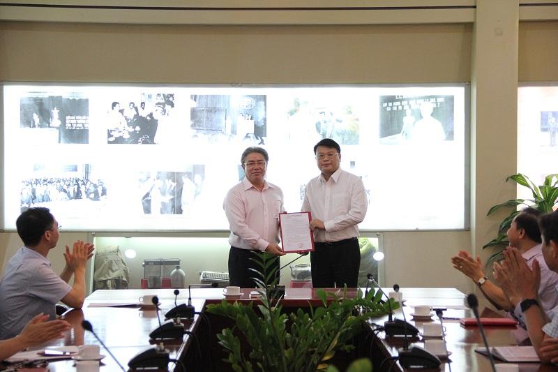 TS. Đặng Xuân Hoan  trao Quyết định và tặng hoa chúc mừng đ/c Bùi Huy Tùng