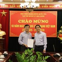 Thứ trưởng Triệu Văn Cường trao thư chúc mừng của Bộ trưởng Bộ Nội vụ Lê Vĩnh Tân cho Tạp chí QLNN