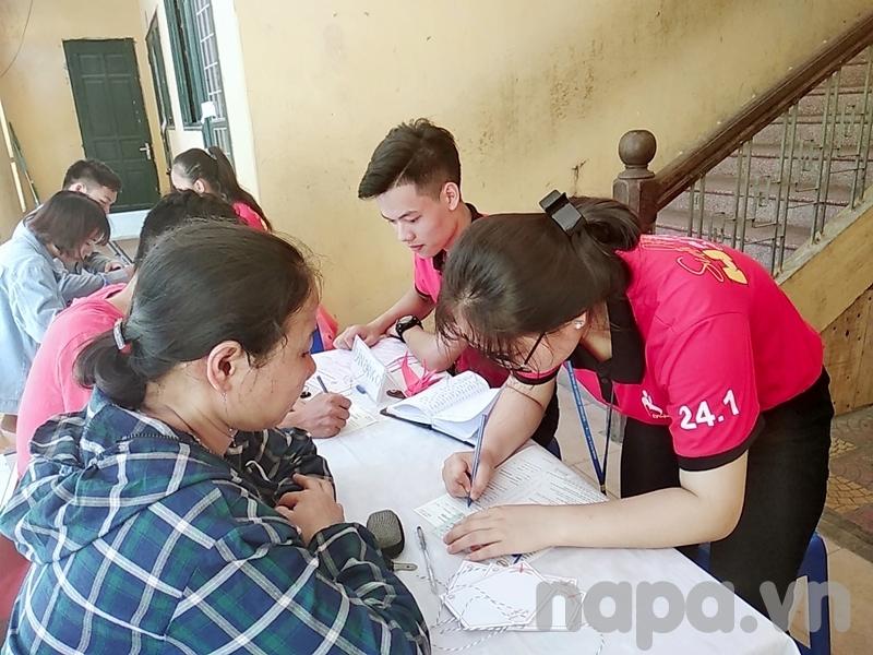 Các bạn sinh viên và bà con nhân dân đăng ký hiến máu