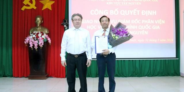 TS. Đặng Xuân Hoan trao Quyết định cho TS. Nguyễn Đăng Quế
