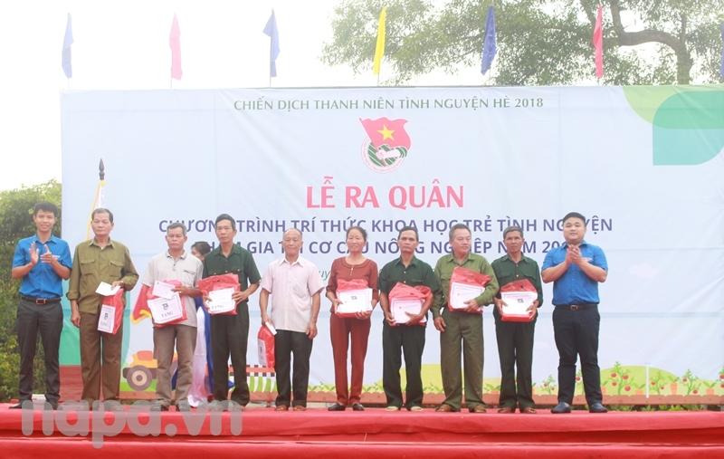 Đồng chí Trần Đức Toàn trao tặng 20 suất quà cho các gia đình chính sách xã Yên Lạc
