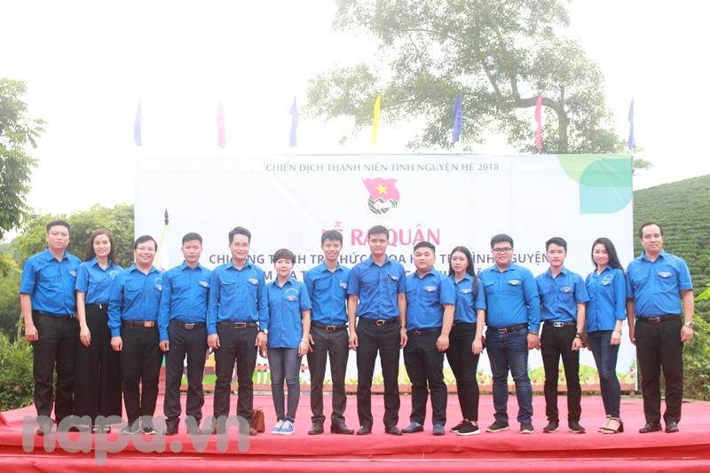 Đoàn viên, sinh viên Học viện và các đơn vị bạn chụp ảnh lưu niệm cùng Đồng chí Bùi Quang Huy tại Lễ ra quân