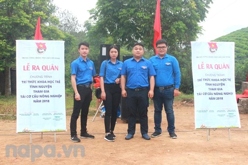 Đoàn viên, sinh viên Học viện chụp ảnh lưu niệm cùng Đồng chí Bí thư Đoàn Thanh niên Bộ Nội vụ tại Lễ ra quân