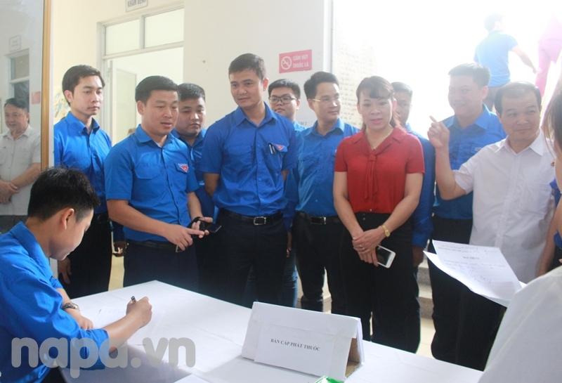 Các đại biểu tham dự chương trình tham quan hoạt động khám sức khỏe và cấp, phát thuốc miễn phí cho bà con nhân dân xã Yên Lạc