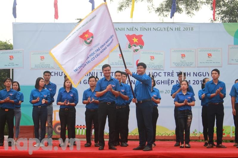 Đồng chí Bùi Quang Huy trao cờ cho đại diện trí thức khoa học trẻ