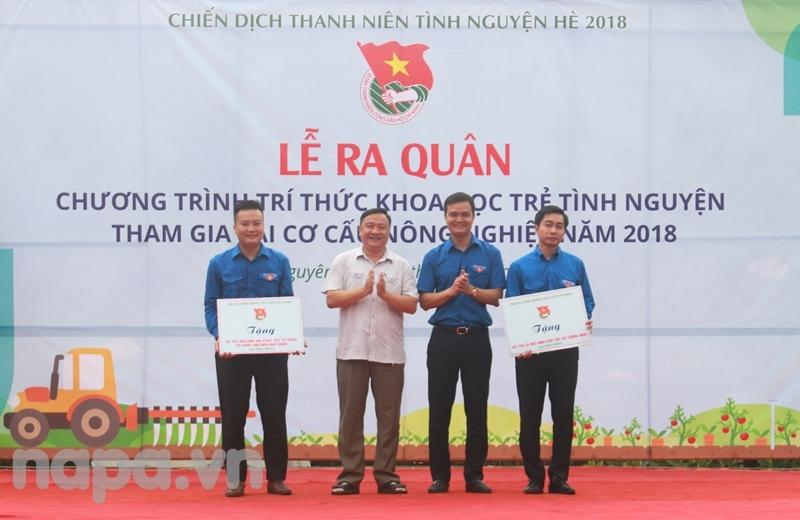 Đại diện Trung ương Đoàn và tỉnh Thái Nguyên trao tặng mô hình cho Tỉnh đoàn Bắc Ninh và Tỉnh đoàn Thái Nguyên