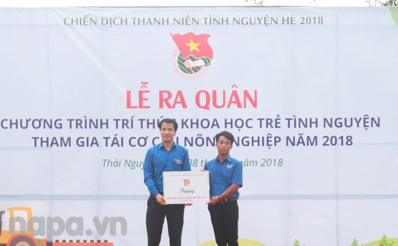 Đại diện Trung ương Đoàn chuyển giao mô hình cho đoàn viên Trần Văn Hợp