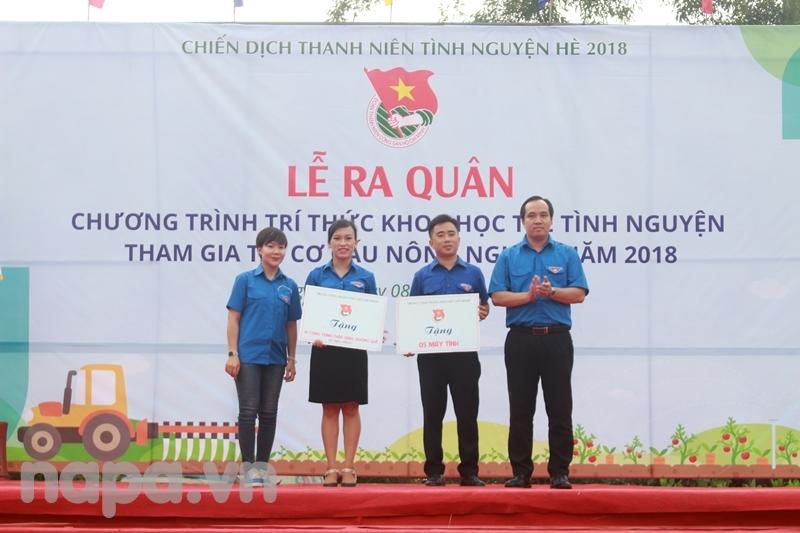 Đoàn Thanh niên Văn phòng Quốc hội trao tặng 05 bộ máy vi tính cho địa phương