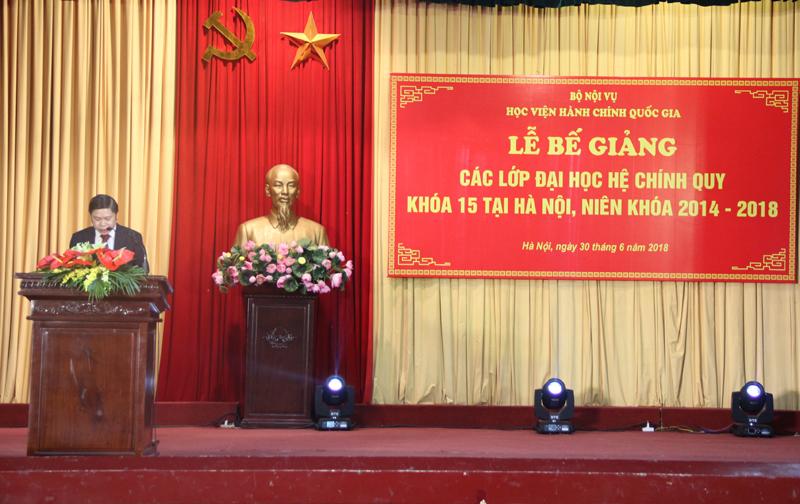 PGS.TS. Nguyễn Văn Hậu – Trưởng Ban Phụ trách, điều hành Phòng quản lý đào tạo và phát triển nhân lực hành chính công bố các quyết định tốt nghiệp đối với Đại học chính qui Khóa 15