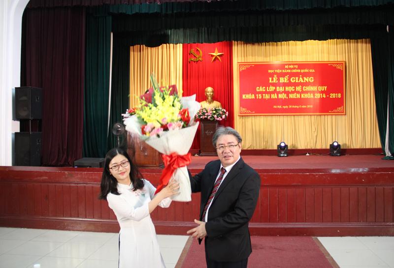 Đại diện sinh viên gửi tặng bó hoa tươi thắm tới Ban Giám đốc Học viện