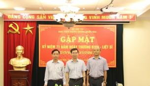 Phó Giám đốc Học viện Lương Thanh Cường chụp ảnh lưu niệm cùng các cán bộ, giảng viên là thương binh và thân nhân các gia đình liệt sỹ hiện đang công tác tại Học viện,