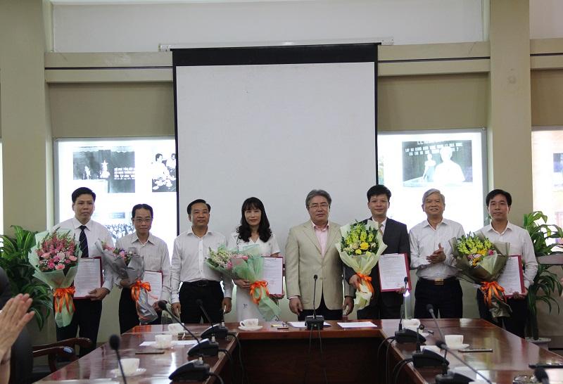 Lãnh đạo Học viện trao quyết định và chúc mừng các đồng chí được bổ nhiệm