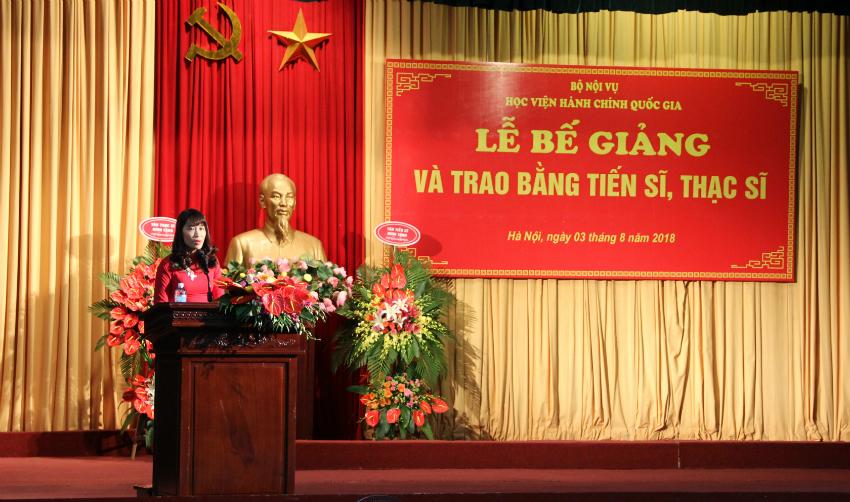 TS. Hoàng Mai – Phó Trưởng Khoa Sau Đại học tóm tắt quá trình công tác và nghiên cứu của các tân Tiến sĩ và tân thạc sĩ