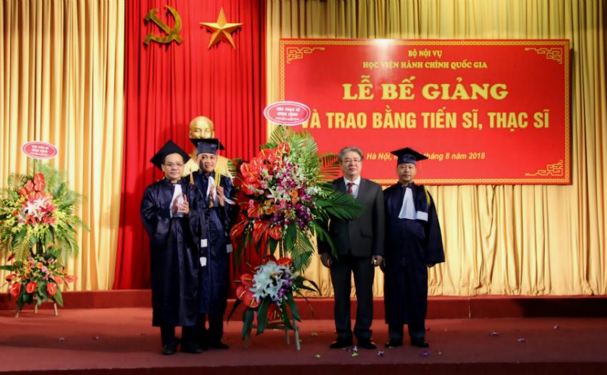 Đại diện tân thạc sĩ gửi tặng lẵng hoa đến Lãnh đạo Học viện
