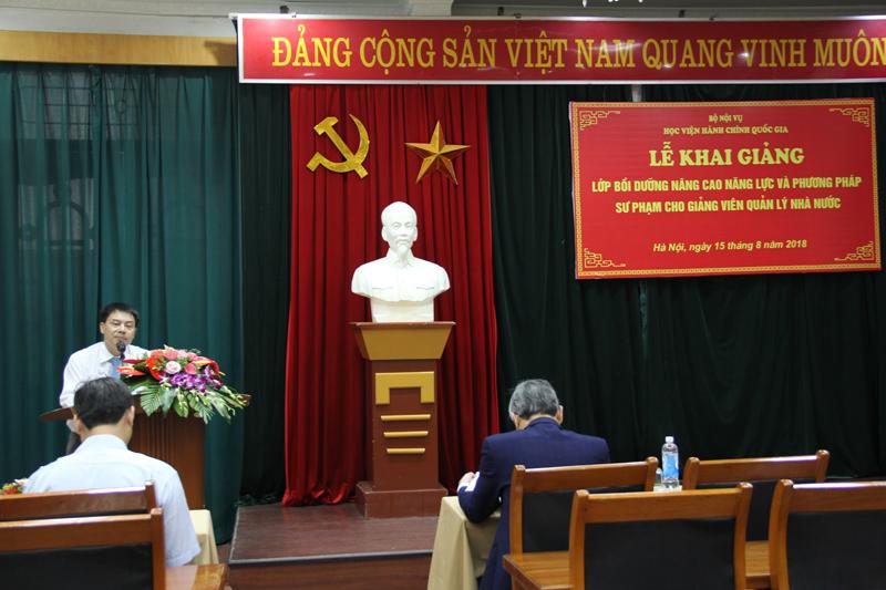 ThS Tống Đăng Hưng- Phó Ban Quản lý bồi dưỡng công bố các quyết định của khóa học