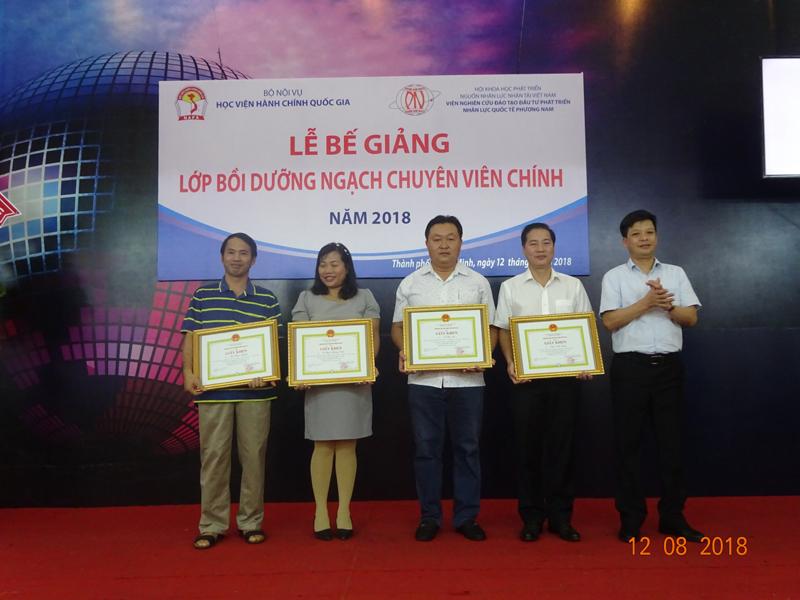 TS. Đặng Thành Lê, Viện trưởng Viện Nghiên cứu Khoa học hành chính chúc mừng và trao Giấy khen của Giám đốc Học viện Hành chính Quốc gia cho các học viên có thành tích xuất sắc trong học tập