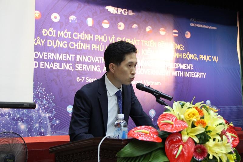 Ông Jong Tae Jun - Giám đốc Chương trình Quản trị nhà nước, Trung tâm Chính sách công OECD Hàn Quốc (OECD – KPC) phát biểu bế mạc diễn đàn