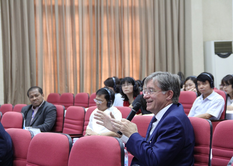 Một số hình ảnh về phần trình bày tham luận và trao đổi của các đại biểu tại các phiên thảo luận