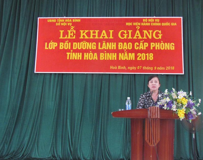 Bà Phạm Thị Tuyết – Phó Giám đốc Sở Nội vụ tỉnh Hòa Bình phát biểu tại Lễ Khai giảng.