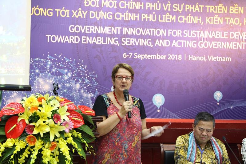 Bà Zsuzsanna Lonti - Trưởng Ban Cải cách khu vực công OECD phát biểu tại Lễ bế mạc Diễn đàn