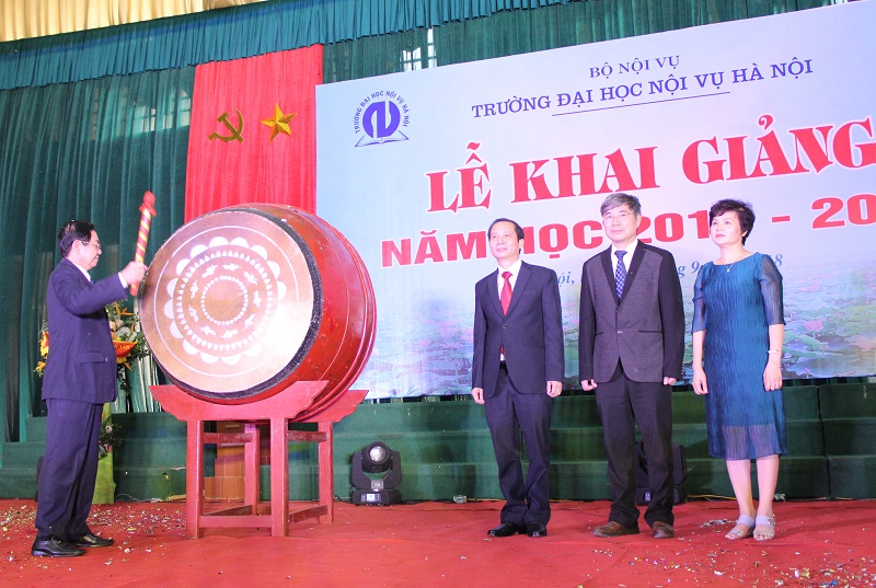 Bộ trưởng Bộ Nội vụ Lê Vĩnh Tân gióng trống khai giảng năm học mới 2018-2019 tại Trường Đại học Nội vụ Hà Nội