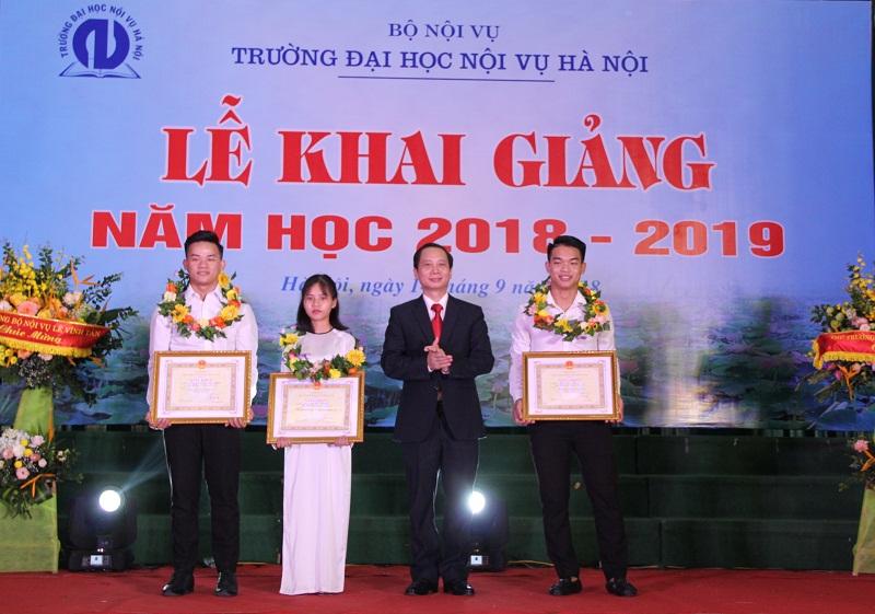 PGS.TS. Nguyễn Bá Chiến tặng Giấy khen cho tân sinh viên thủ khoa, và các sinh viên đạt thành tích xuất trong năm học 2017 – 2018