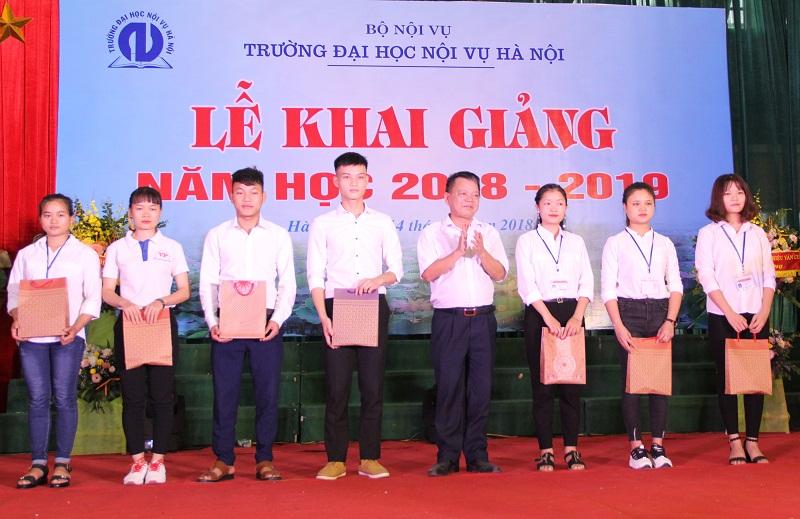 Đại diện Ngân hàng Nông nghiệp và Phát triển Nông thôn Việt Nam trao quà hỗ trợ cho các sinh viên
