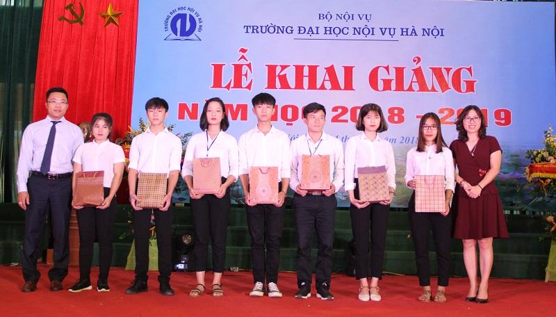 Đại diện Ngân hàng TMCP Ngoại thương Việt Nam trao quà hỗ trợ cho các sinh viên
