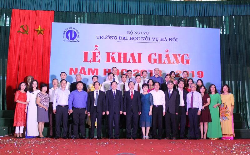 Các đại biểu tham dự Lễ khai giảng cùng tập thể cán bộ, giảng viên Trường Đại học Nội vụ Hà Nội