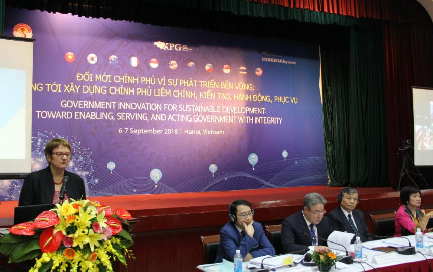 Bà Zsuzsanna Lonti - Trưởng ban Cải cách khu vực công OECD phát biểu tại diễn đàn