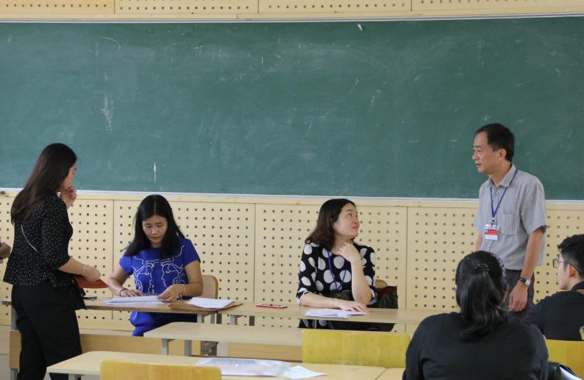 Các thí sinh tập trung trong phòng thi
