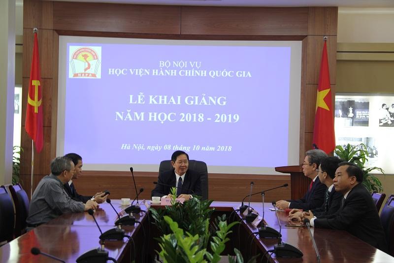 Bộ trưởng Bộ Nội vụ Lê Vĩnh Tân làm việc với Ban Giám đốc Học viện trước giờ khai giảng.