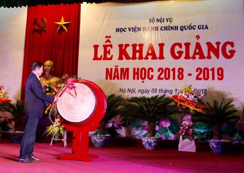 Bộ trưởng Bộ Nội vụ Lê Vĩnh Tân gióng trống khai giảng năm học 2018-2019 của Học viện Hành chính Quốc gia
