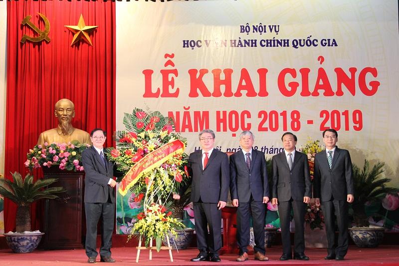 Bộ trưởng Bộ Nội vụ Lê Vĩnh Tân tặng hoa chúc mừng Ban Giám đốc Học viện Hành chính Quốc gia