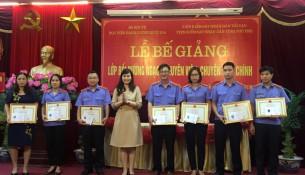 ThS. Lê Phương Thúy - Ban Quản lý bồi dưỡng trao chứng chỉ, giấy khen và phần thưởng của HVHCQG cho các học viên lớp chuyên viên đạt thành tích cao trong học tập