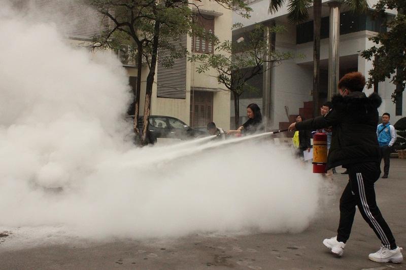 Các cán bộ, viên chức, người lao động và sinh viên Học viện thực hành sử dụng bình bột và bình CO2 dập tắt đám cháy