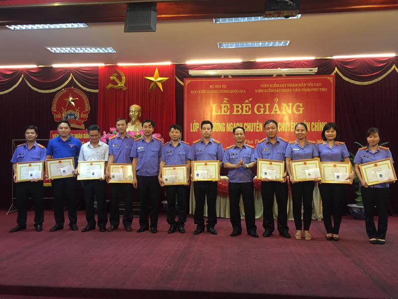 Đ/c Đỗ Đình Chữ, Đ/c Nguyễn Đăng Khoa - Viện Kiểm sát nhân dân tỉnh Phú Thọ trao chứng chỉ, giấy khen và phần thưởng của HVHCQG cho các học viên lớp chuyên viên chính đạt thành tích cao trong học tập