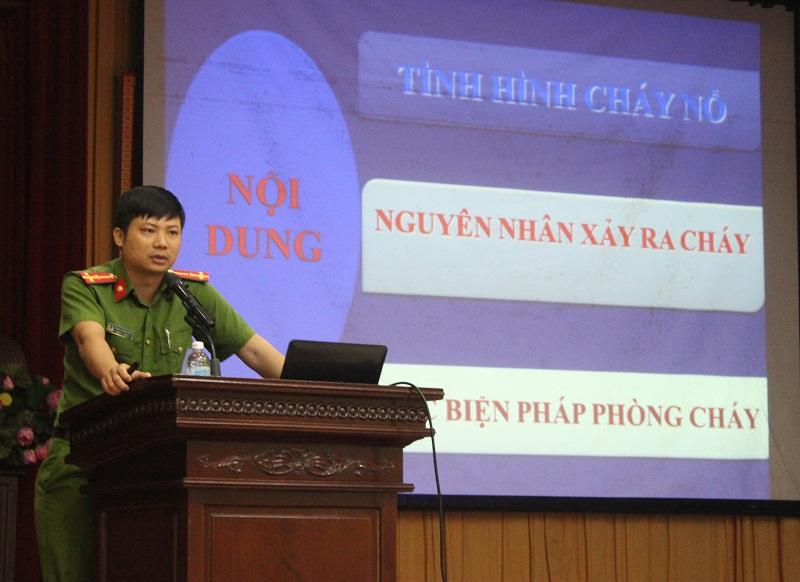 Thượng úy Phạm Văn Huynh – Giảng viên Trường Đại học PCCC chia sẻ thông tin về công tác PCCC tại Lớp tập huấn