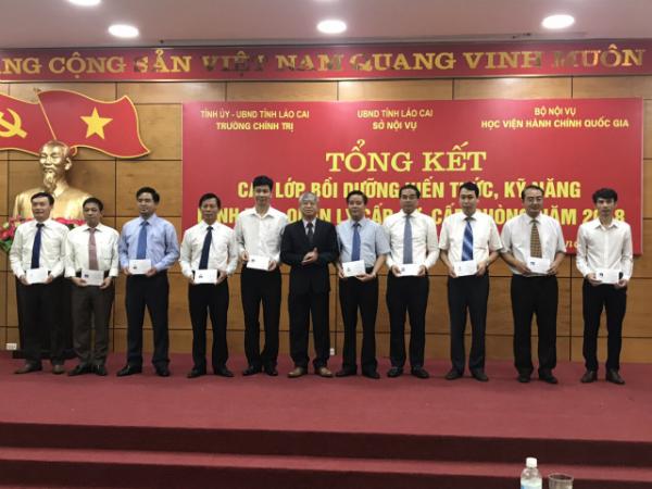 Phó Giám đốc Vũ Thanh Xuân trao chứng chỉ cho các học viên