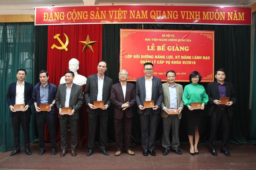 NGƯT.TS. Vũ Thanh Xuân – Phó Giám đốc Học viện Hành chính Quốc gia trao chứng chỉ cho các học viên